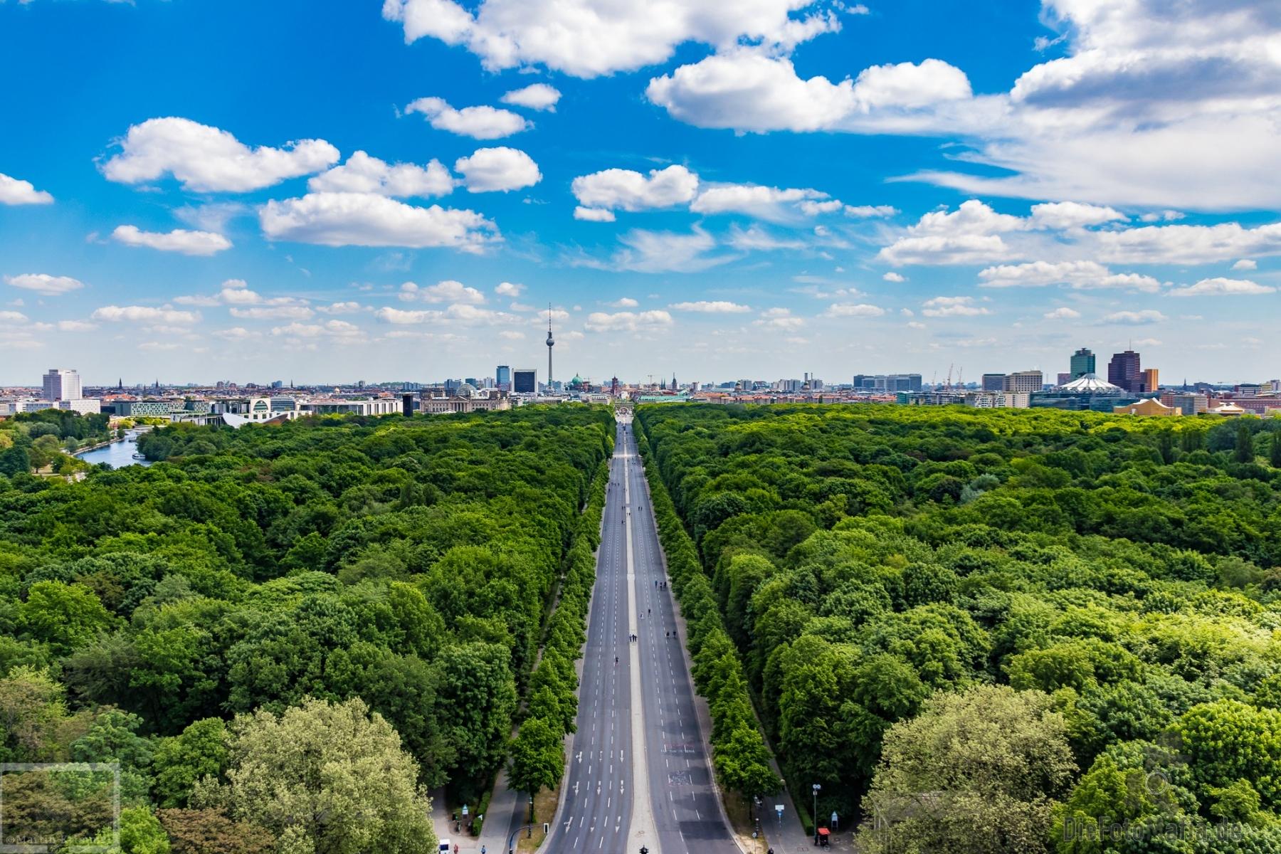 Prachtstraße durch den Tiergarten, im Hintergrund das Brandenburger Tor